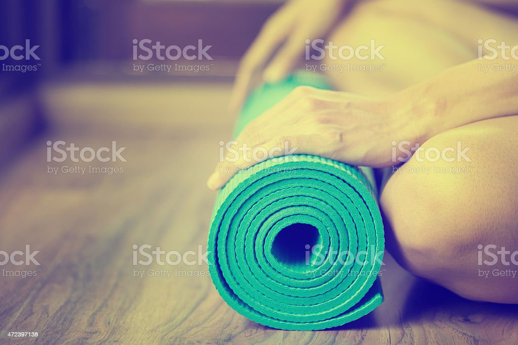 Junge Frau hält eine yoga-Matte – Foto