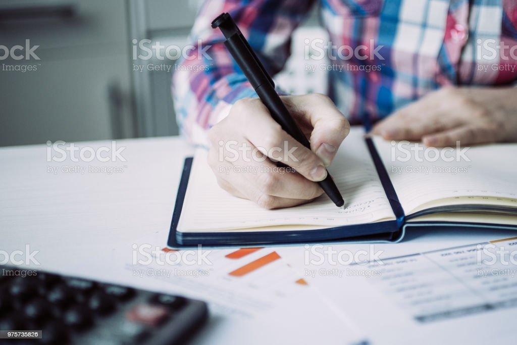 Nahaufnahme des Buchhalters Notizen im Tagebuch - Lizenzfrei Arbeiten Stock-Foto