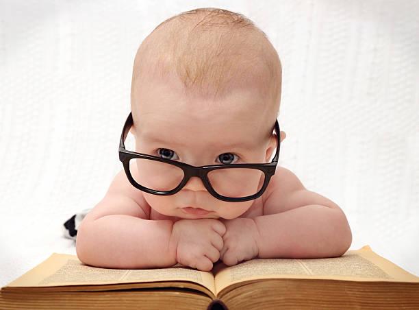 close-up der süße baby in gläsern - humor bücher stock-fotos und bilder
