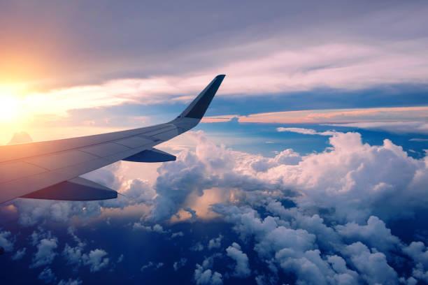 일출에 비행 비행기 날개의 클로즈업 - 항공기 날개 뉴스 사진 이미지