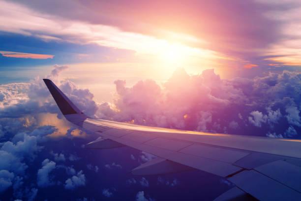 일출 비행 하는 비행기 날개의 근접 촬영 - 항공기 날개 뉴스 사진 이미지