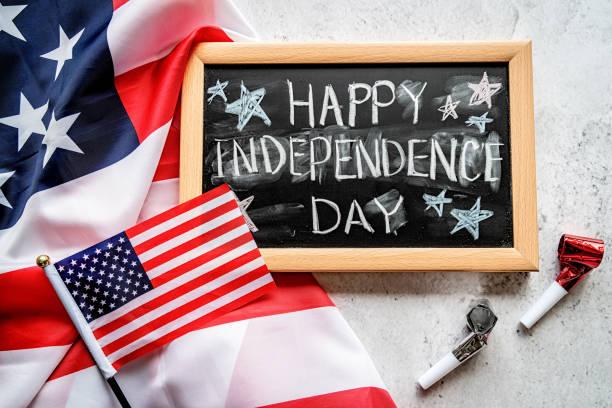 metin ile bir kara tahta ile amerikan bayrağı closeup mutlu bağımsızlık günü üst görünümü - happy 4th of july stok fotoğraflar ve resimler
