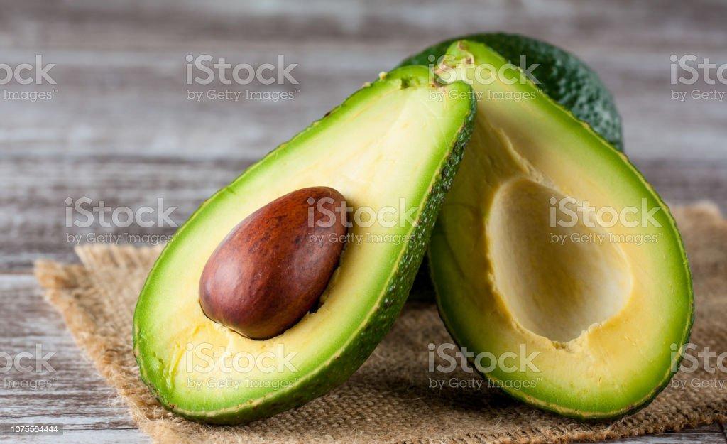Nahaufnahme Der Avocado Und Avocado Öl Auf Holztisch Gesunde  Ernährungkonzept Stockfoto und mehr Bilder von Alternativer Lebensstil