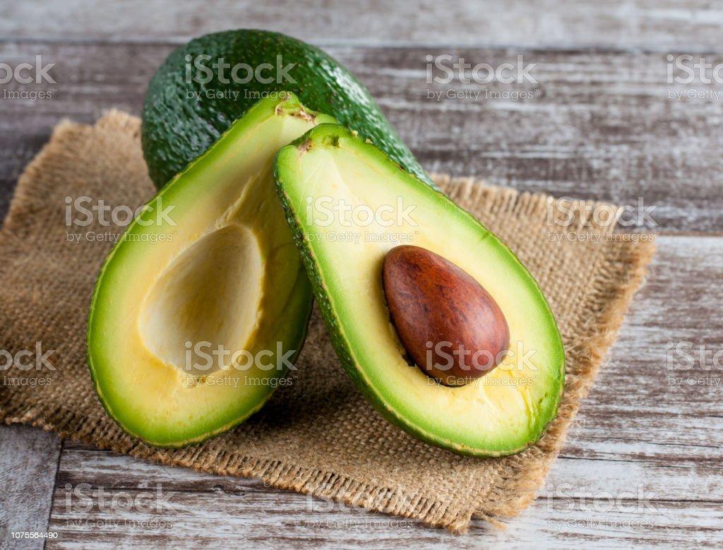 Nahaufnahme Der Avocado Und Avocado Öl Auf Holztisch Gesunde ...
