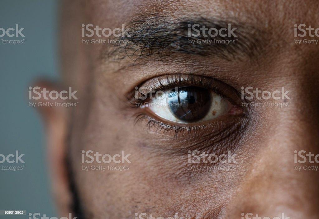 Nahaufnahme eines Auges von einem schwarzen Mann – Foto