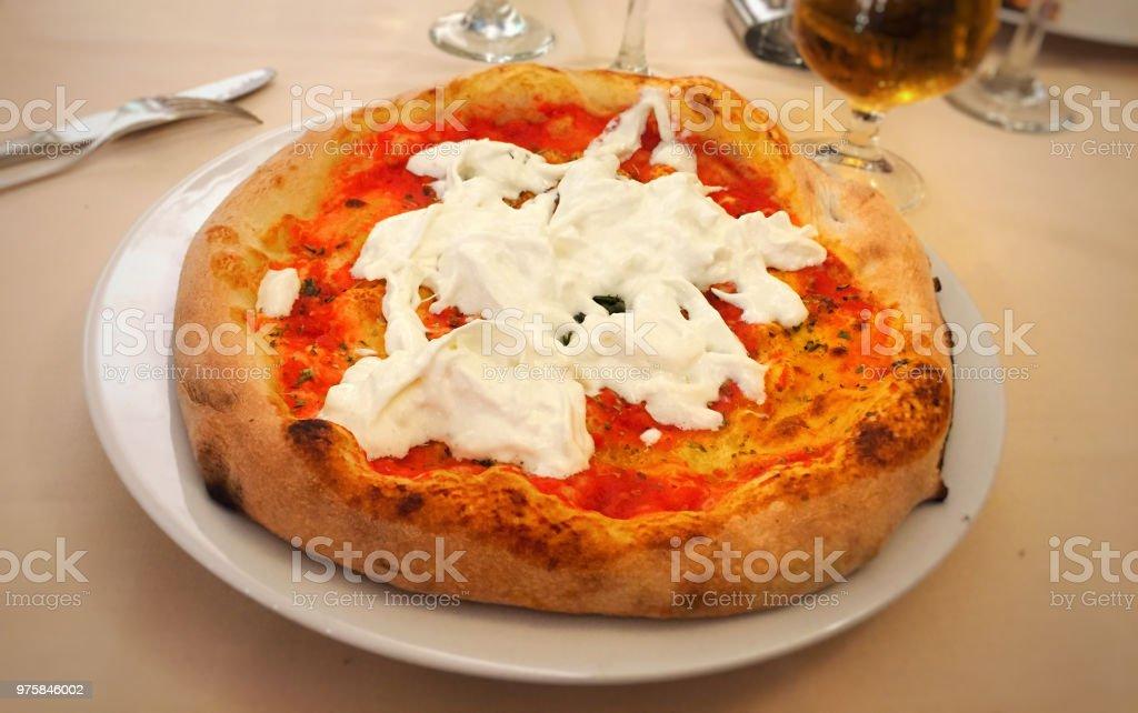 Nahaufnahme von einem original neapolitanische Pizza Margherita mit Mozzarella und Tomaten - Lizenzfrei Backen Stock-Foto