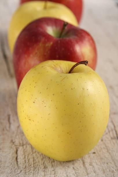 gros plan de pommes - golden photos et images de collection