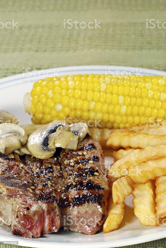 Nahaufnahme der barbecue-Rippchen mit Pommes Frites oder Gemüse Lizenzfreies stock-foto