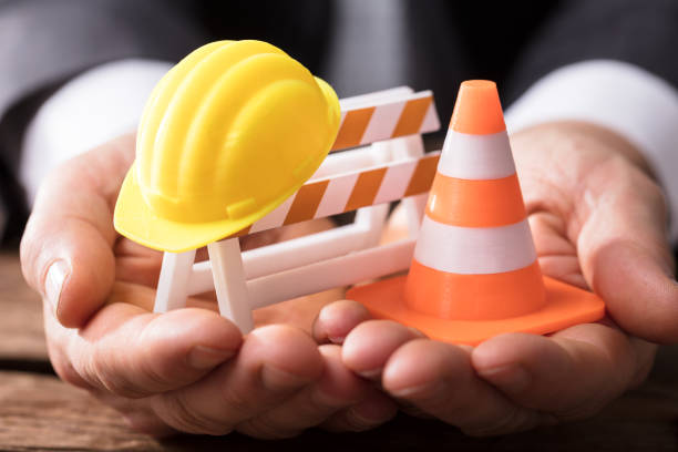 close-up van barricade met traffic cone en hard hat - arbeidsveiligheid stockfoto's en -beelden