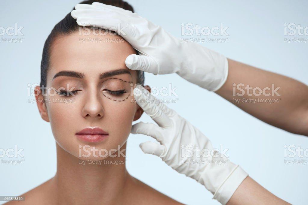 Nahaufnahme der Kosmetikerin Hände junge weibliche Patienten Gesicht berühren – Foto