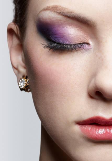 nahaufnahme des schönen mädchen - lila augen make up stock-fotos und bilder