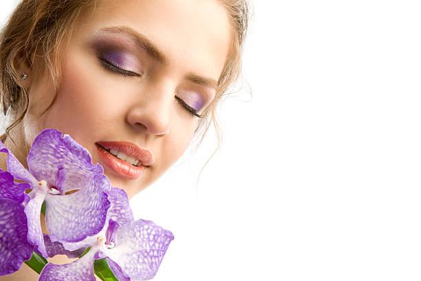 nahaufnahme des schönen zarten weibliches gesicht mit violet orchid.xxxl - lila augen make up stock-fotos und bilder