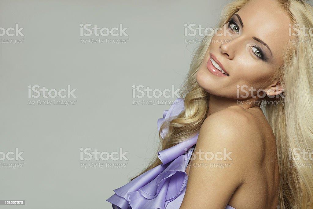 아름다운 가진 여자 클로즈업 금발 머리 꼬불꼬불한 royalty-free 스톡 사진