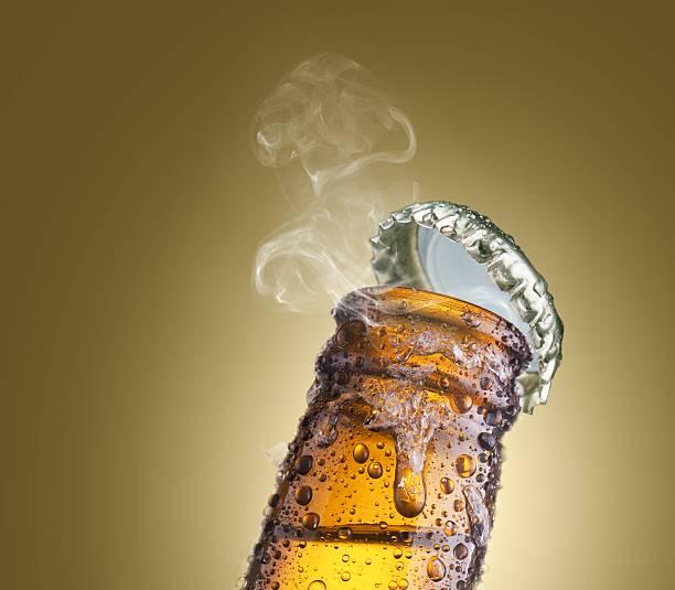 Nahaufnahme der Engpass Bier mit Tropfen, Eis, Rauch und Kappe – Foto