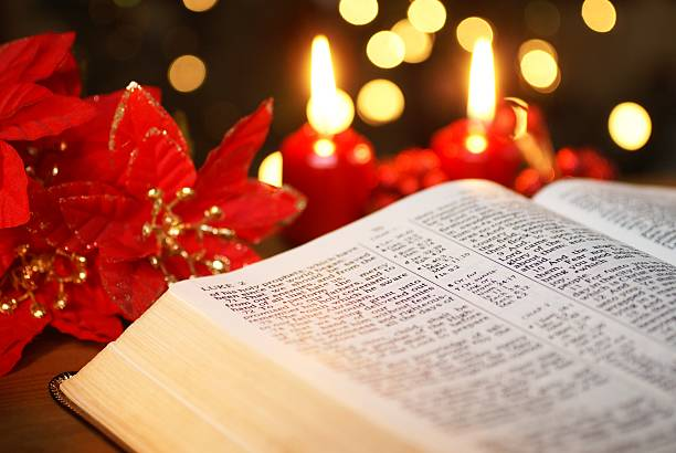 christmas story - weihnachtssterne aus papier stock-fotos und bilder
