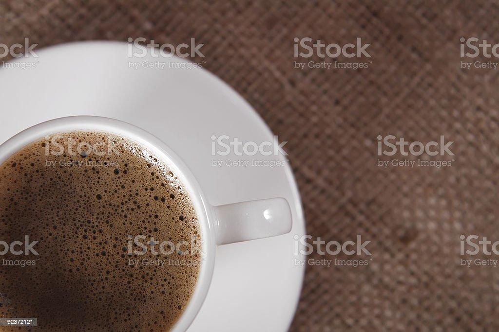 Nahaufnahme der schwarzen Kaffeetasse auf hessian Hintergrund Lizenzfreies stock-foto