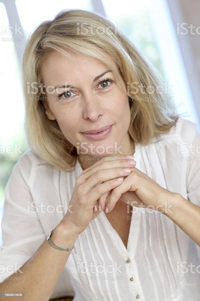 클로즈업 of 너무해 중년 여자 hands under chin royalty-free 스톡 사진
