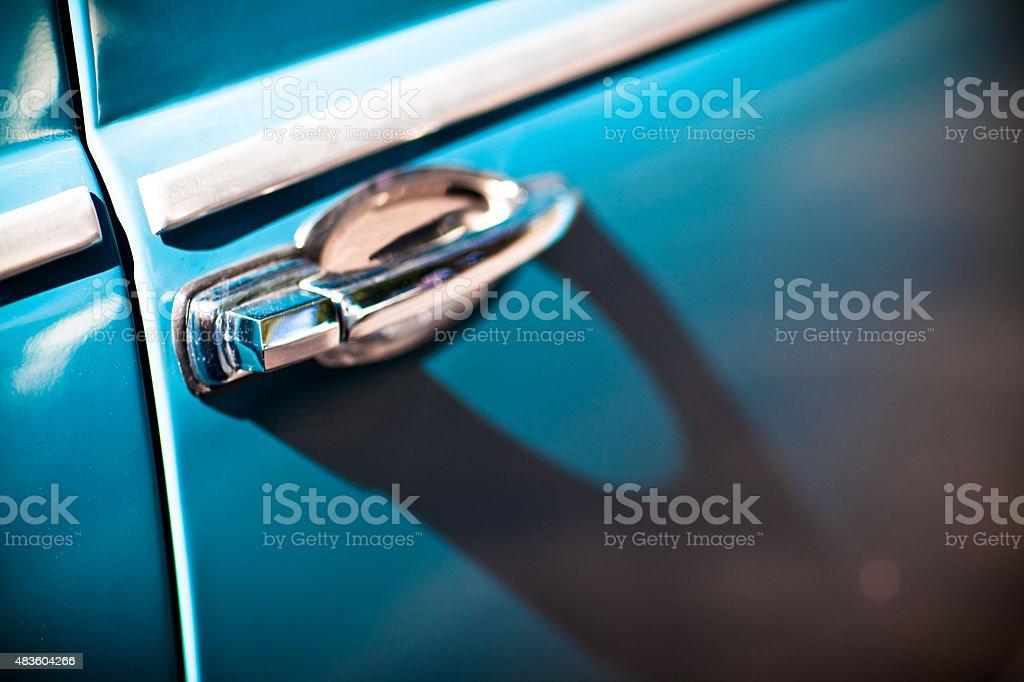 Close-Up de uma maçaneta de azul Vintage Chromed automóvel foto royalty-free