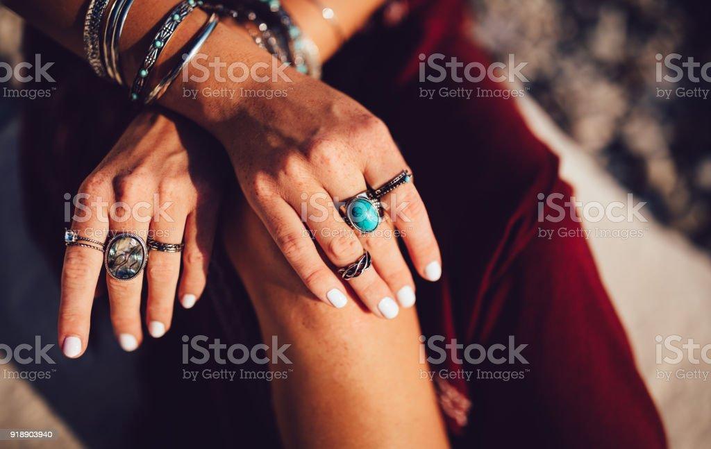 Nahaufnahme des böhmischen Frauenhand mit Silberschmuck Lizenzfreies stock-foto