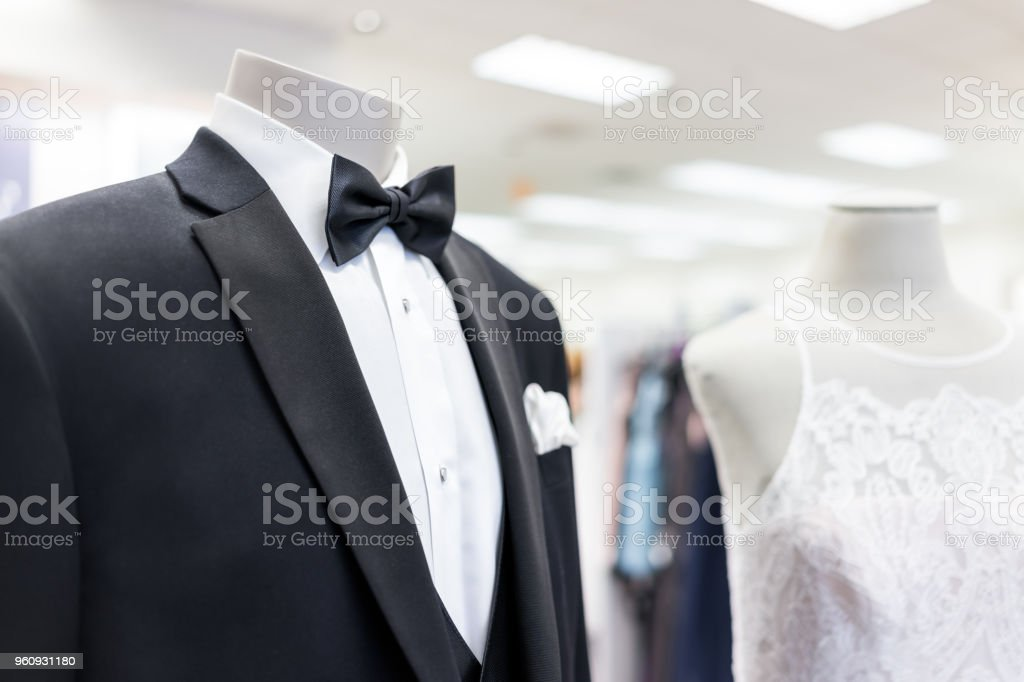 Closeup de manequim noiva e o noivo no terno traje de casamento preta, borboleta, gravata, gravata e vestido branco na loja boutique, loja, lenço - foto de acervo