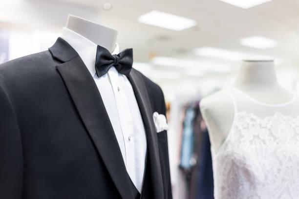 nahaufnahme von braut und bräutigam schaufensterpuppe in schwarzer kleidung hochzeitsanzug, schmetterling, krawatte, krawatte und weißes kleid in boutique shop, shop, taschentuch - hochzeitskleid in schwarz stock-fotos und bilder