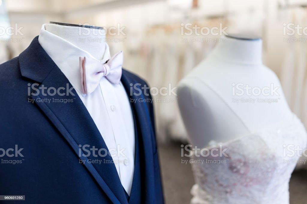 89ae7839d71 Closeup del maniquí de la novia y el novio en azul, rosa traje de boda