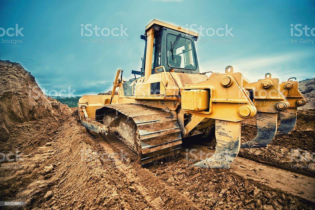 Nahaufnahme des bulldozer oder excavator arbeiten mit Boden auf dem highway – Foto