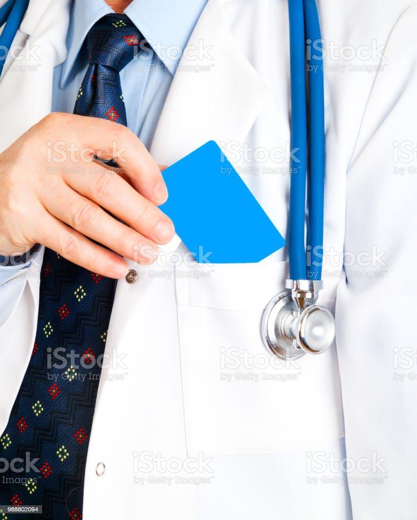 Gros Plan De La Carte Visite Dans Main Du Medecin Et Doc Mettre
