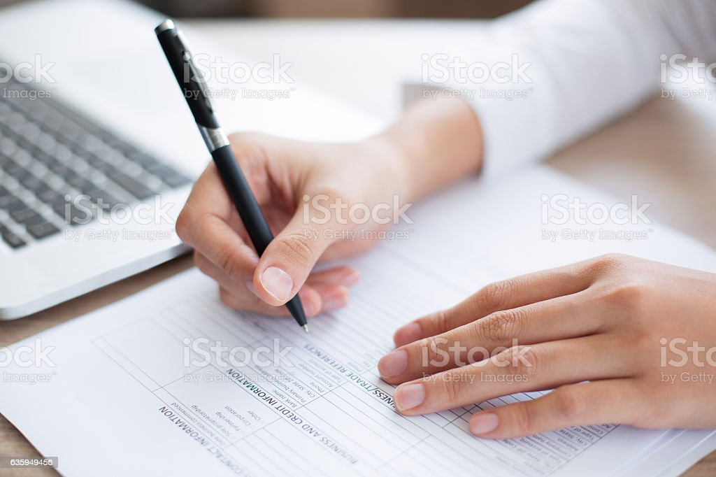 Closeup of Business Person Completing Form – Foto