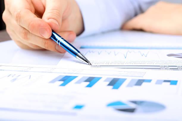 Close-up Of Businessman Analyzing Graph in the office – Foto