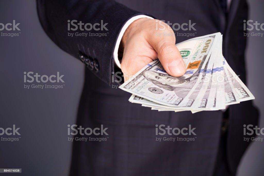 Nahaufnahme des Kaufmanns geben einen Stapel von Geld – Foto