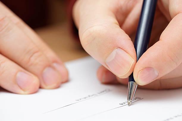 Nahaufnahme einer Geschäftsmann hand, um sich rechtliche oder finanzielle Dokument – Foto