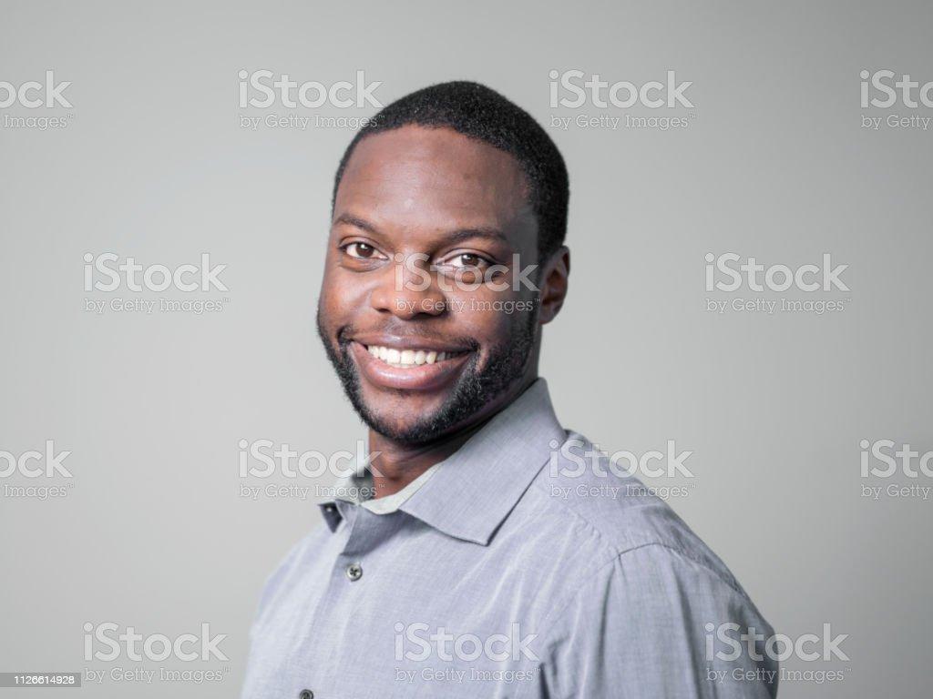 灰色背景下的商人微笑特寫鏡頭 - 免版稅25歲到29歲圖庫照片