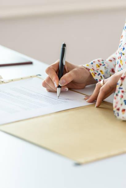Nähe der Geschäftsfrau Unterzeichnung Vertrag – Foto