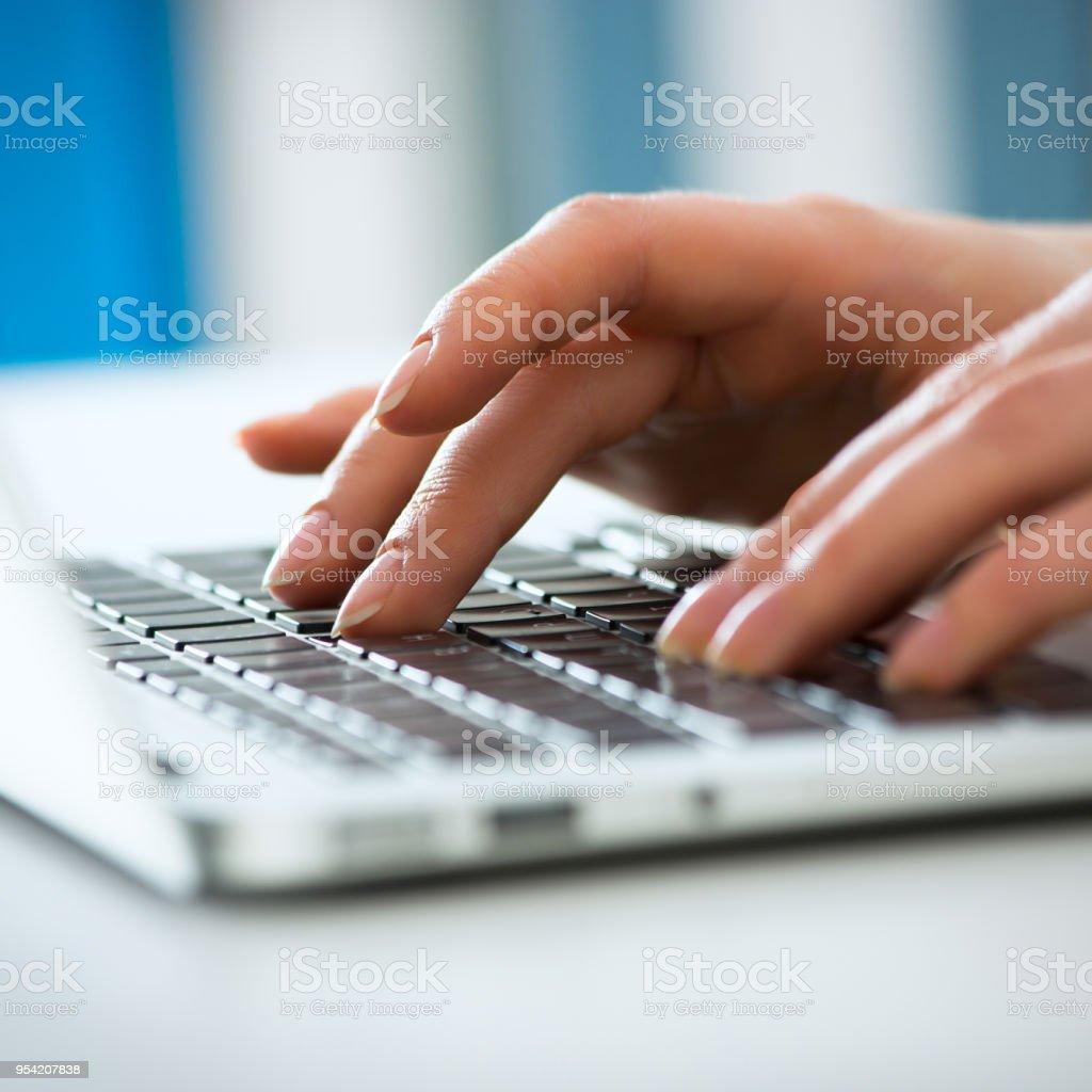 Nahaufnahme der Geschäftsfrau Eingabe auf laptop-computer – Foto