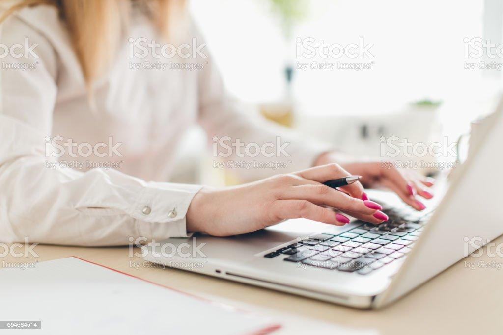 Primer plano de mujer de negocios con computadora portátil - foto de stock