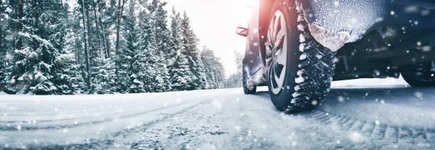 closeup de neumáticos de coche en invierno en el camino - invierno fotografías e imágenes de stock