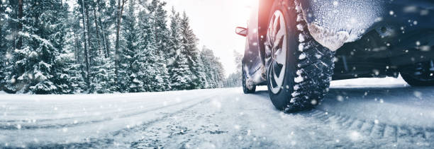 closeup of car tires in winter on the road - inverno imagens e fotografias de stock