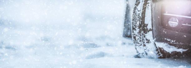 close-up van autobanden op een besneeuwde weg. sneeuw op de weg panoramische banner - tractieapparaat stockfoto's en -beelden