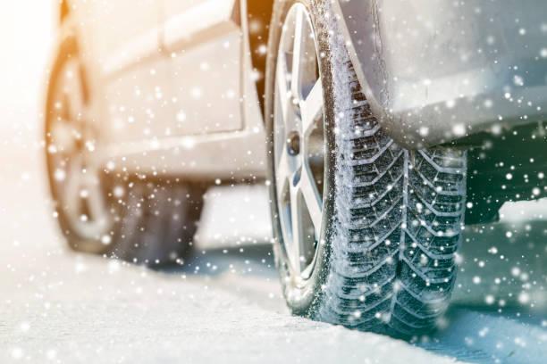 primer plano de las ruedas de coche neumáticos de goma en la nieve de invierno profunda. concepto de transporte y seguridad. - invierno fotografías e imágenes de stock