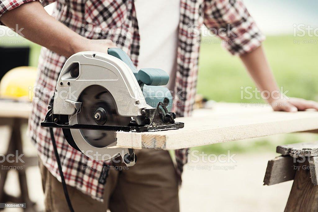 Nahaufnahme von Tischler Schneiden Holz plank ein – Foto