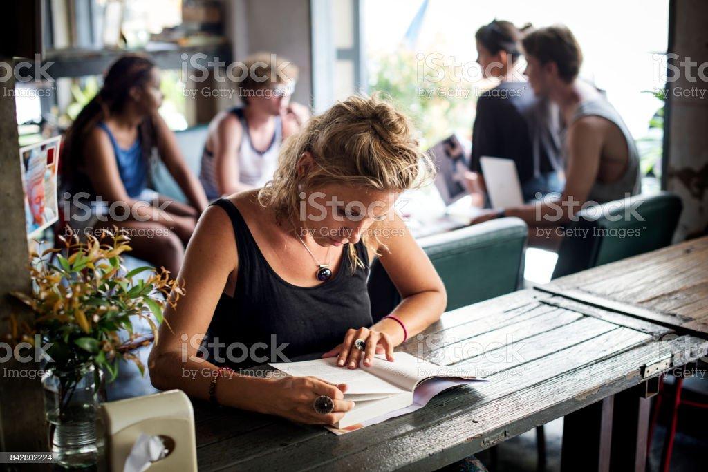 Gros plan de femme caucasien séance lecture de livre - Photo