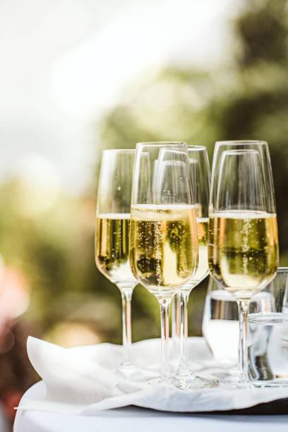 Nahaufnahme von Champagnerflöten – Foto