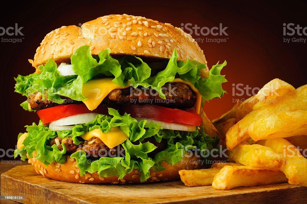 Hamburguesa con queso y papas fritas - Foto de stock de Alimento libre de derechos