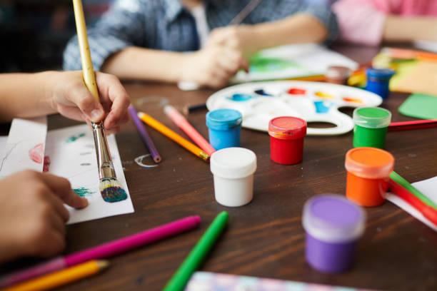 Nahaufnahme der Kindermalerei in der Kunstklasse – Foto