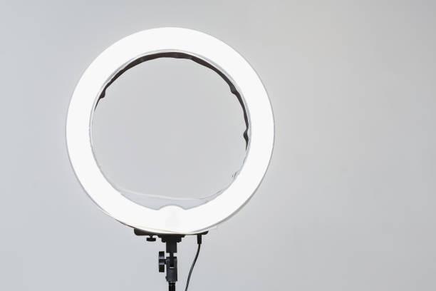 Nahaufnahme der kreisförmigen NeonLED-Lampe auf weißem Hintergrund. Beliebtes modernes Licht für Make-up und Beauty-Porträts – Foto