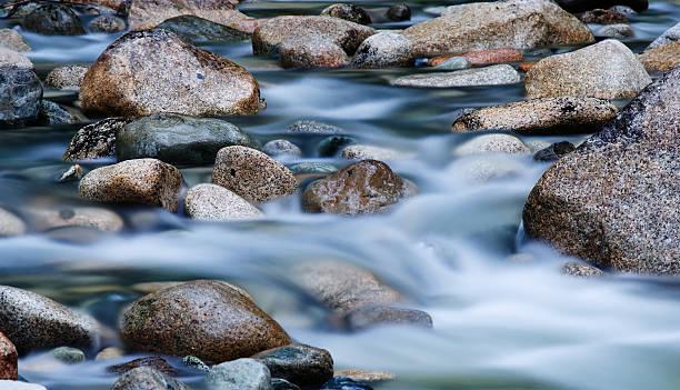 langzeitbelichtung von wasser fließt in-stream - bach stock-fotos und bilder