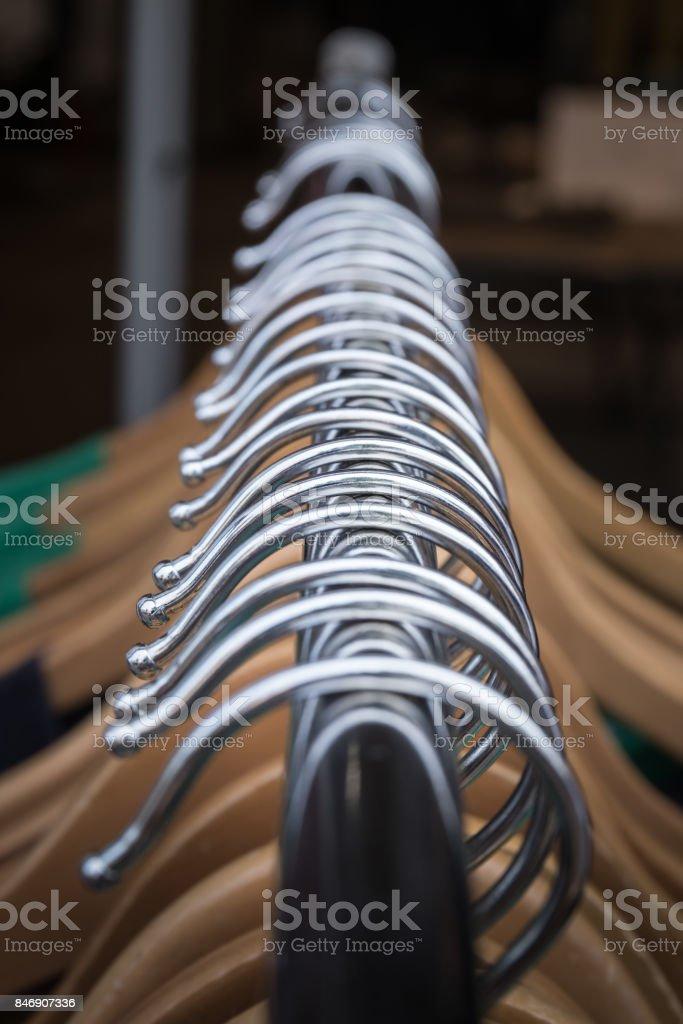 Nahaufnahme von Kleidung auf Kleiderbügeln auf einem Gestell für ein Geschäft. – Foto