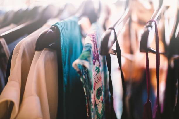 Close-up of coathangers con vestidos - foto de stock