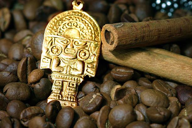 クローズアップのコーヒー豆、ゴールドのインドの神 - インカ ストックフォトと画像